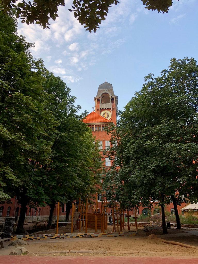 Schulhof im August 2019