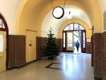 Eingang und Durchgang zum Schulhof, adventlich geschmückt