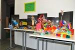 ...farbenfrohe Ausstellungen wie diese Märchenschuhe...