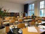 Klassenraum mit Eigentumsschränken im Hintergrund
