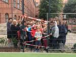 Schülervertreterinnen und Vertreter, Eltern und Lehrkräfte nehmen Anlauf zur Eroberung des neuen Ballkäfigs
