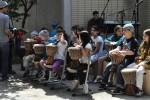 Hier sehen wir die kleinen Trommler, unterstützt von senegalesischen Musikern, kurz vor ihrem Auftritt