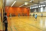 während in der Turnhalle ein Hallenfußball-Turnier stattfand, bei dem Eltern, Lehrer und Erzieher miteinander um Punkte rangen.