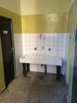 Der alte Toiletten-Vorraum mit dem Handwaschbecken
